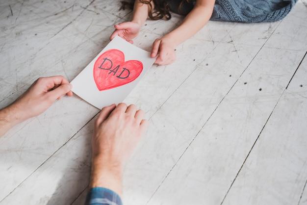Concept de fête des pères avec dessin de coeur