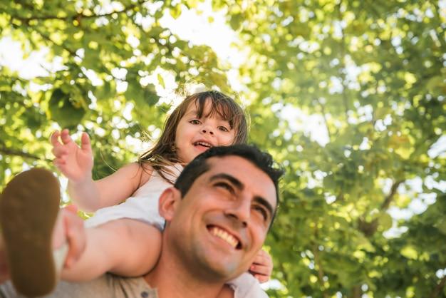 Concept de fête des pères avec la famille en plein air
