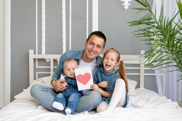 Concept de fête des pères, une fille donne à son père bien-aimé une carte coeur pour la fête des pères