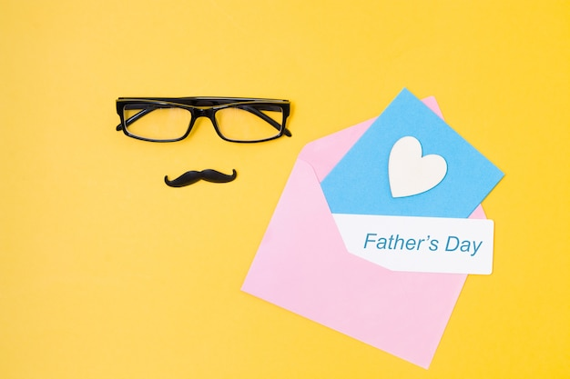 Concept de fête des pères sur fond jaune