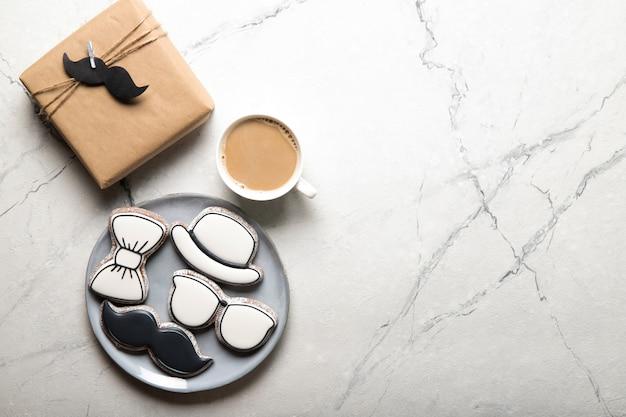 Concept de fête des pères heureux. assiette avec de délicieux biscuits et un cadeau
