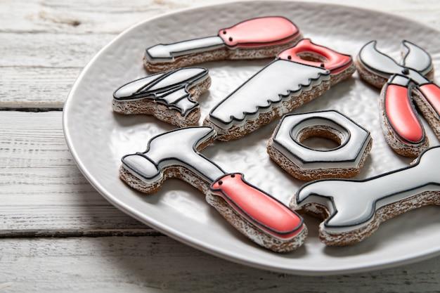 Concept de fête des pères heureux. assiette avec de délicieux biscuits sur un fond en bois. fermer
