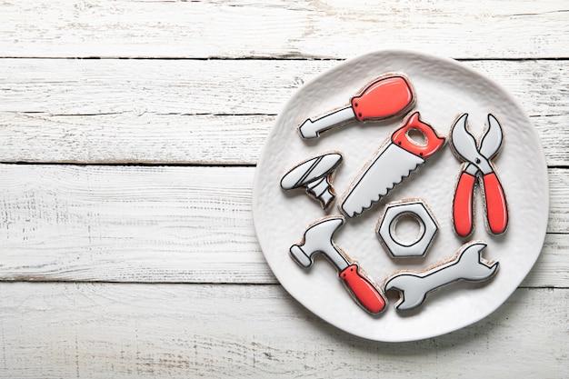 Concept de fête des pères heureux. assiette avec de délicieux biscuits sur fond de bois