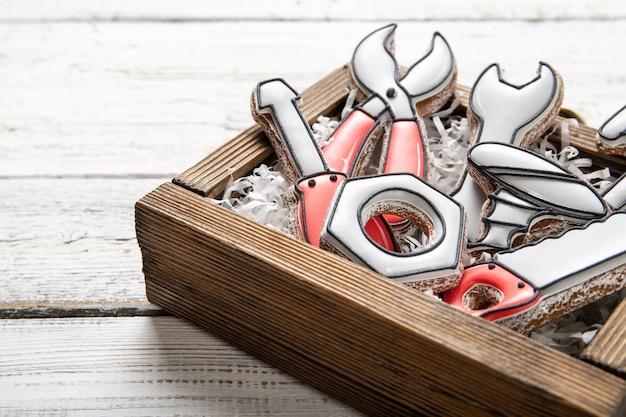 Concept de fête des pères heureux. biscuits savoureux dans une boîte sur un fond en bois. place pour le texte