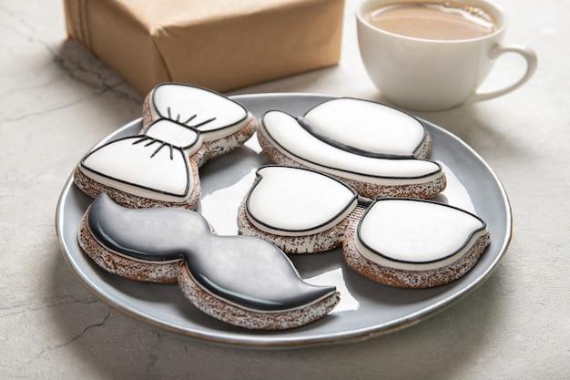 Concept de fête des pères heureux. biscuits savoureux et tasse de café sur fond de bois