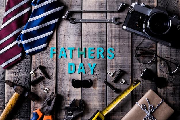 Concept de fête des pères heureux sur fond de table en bois sombre. lay plat.