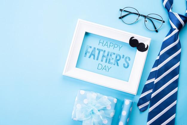 Concept de fête des pères heureux sur pastel bleu vif.