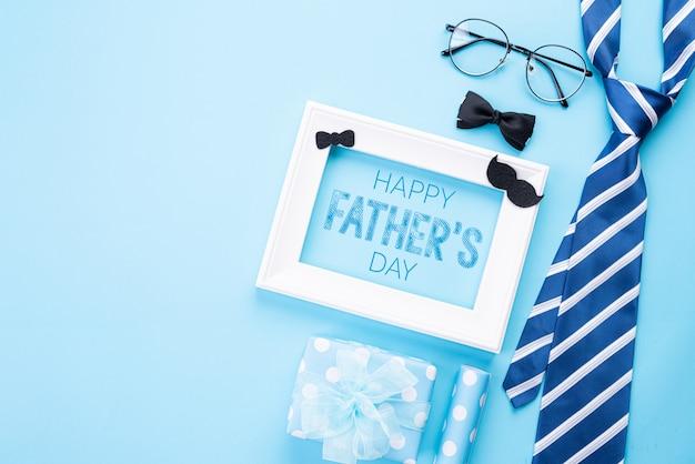 Concept de fête des pères heureux sur pastel bleu vif