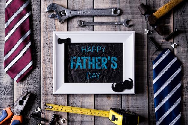 Concept de fête des pères heureux sur une table en bois sombre.