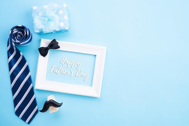 Concept de fête des pères heureux. vue de dessus de la cravate bleue, belle boîte-cadeau
