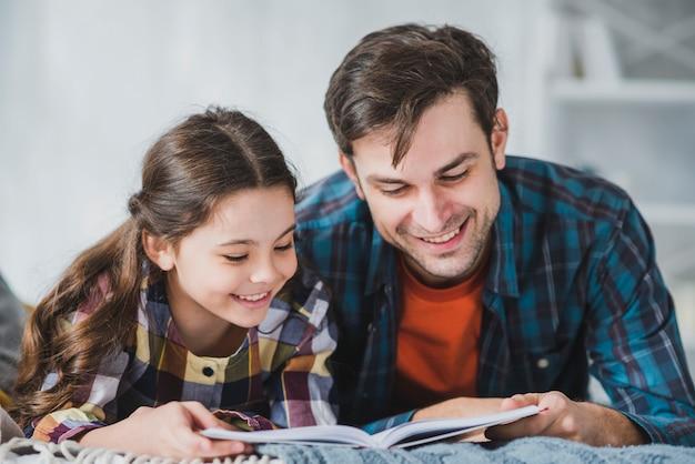 Concept de fête des pères avec lecture père et fille