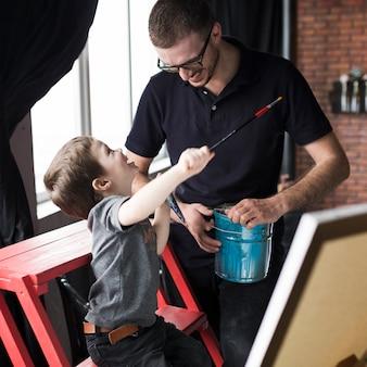 Concept de fête des pères avec peinture père et fils