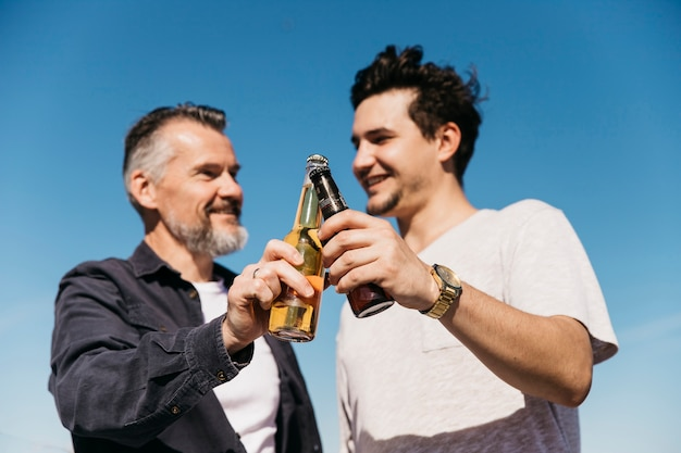 Concept de fête des pères avec père et fils grillage avec de la bière