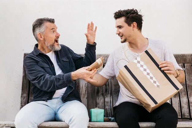 Concept de fête des pères avec le présent