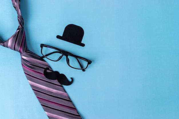 Concept de la fête des pères. signe noir de chapeau, moustache, lunettes, cravate