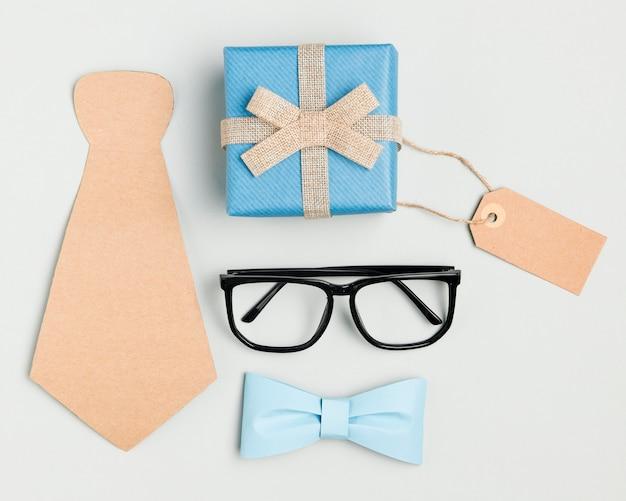 Concept de fête des pères vue de dessus avec des lunettes