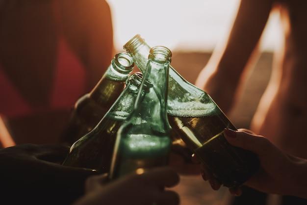 Concept de fête à la plage. société boire de la bière.