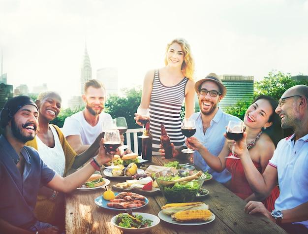 Concept de fête sur le toit de l'amitié célébration