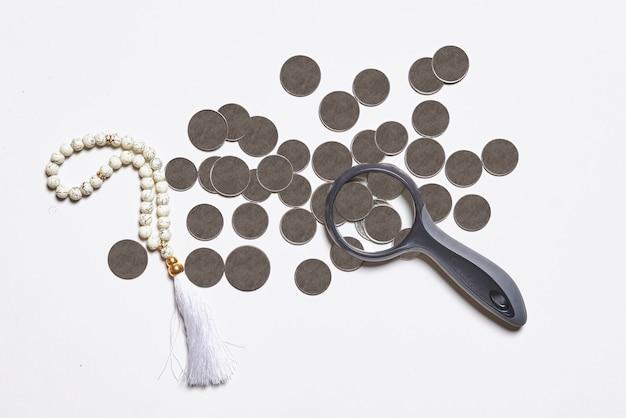 Concept de finance islamique sur fond blanc finance bancaire ou financement conforme à la charia