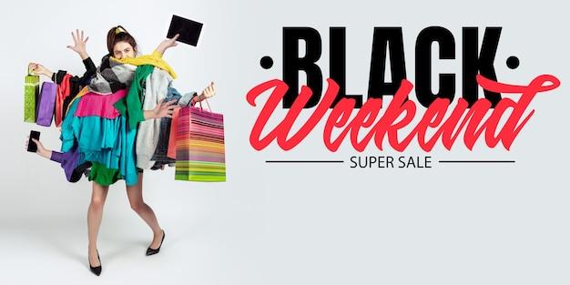Concept de finance de week-end noir femme accro aux ventes et aux vêtements