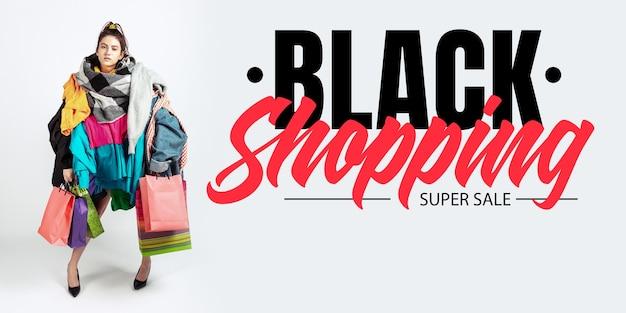 Concept de financement commercial noir femme accro aux ventes et aux vêtements