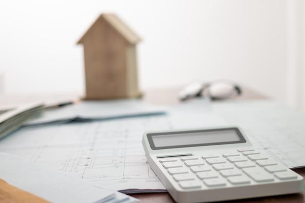 Concept de financement immobilier concernant l'offre de prêt hypothécaire et l'assurance habitation.