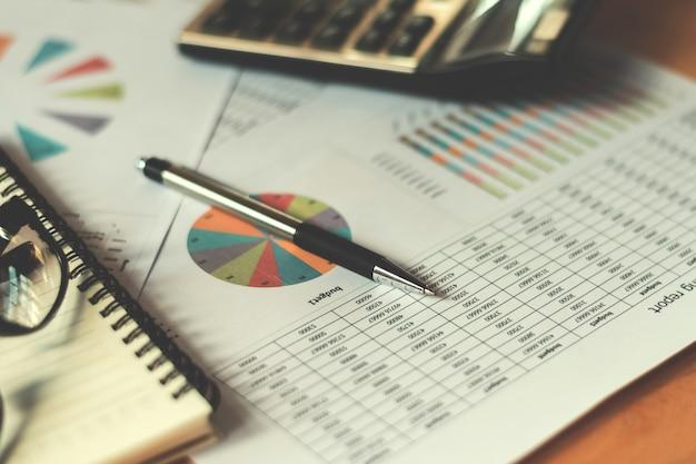 Concept financier d'entreprise avec stylo calculatrice et rapport comptable au bureau
