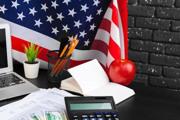 Concept fiscal - formulaire d'impôt 1040, stylo, argent américain et drapeau