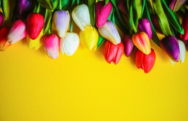 Concept floral de printemps sur fond jaune