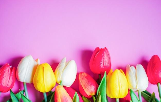 Concept floral de printemps sur fond violet