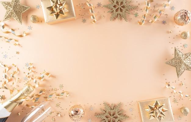 Concept de fond de célébration de bonne année. coffret cadeau doré, étoiles, boule de noël et champagne