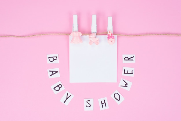 Concept de fond d'écran de fête à thème. photo de joli joli fond doux avec des accessoires de douche de bébé fond de couleur pastel isolé