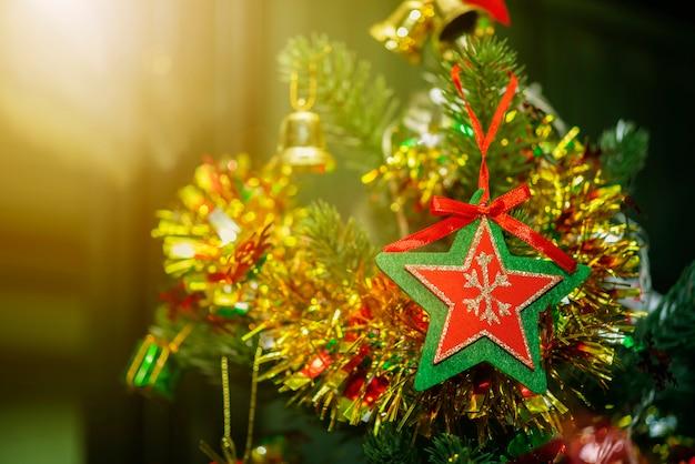 Concept de fond joyeux noël. gros plan d'une étoile rouge avec cadre vert suspendu au christ