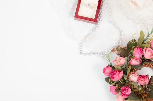 Concept de fond de mariage vue de dessus avec bague de mariage et décorations florales