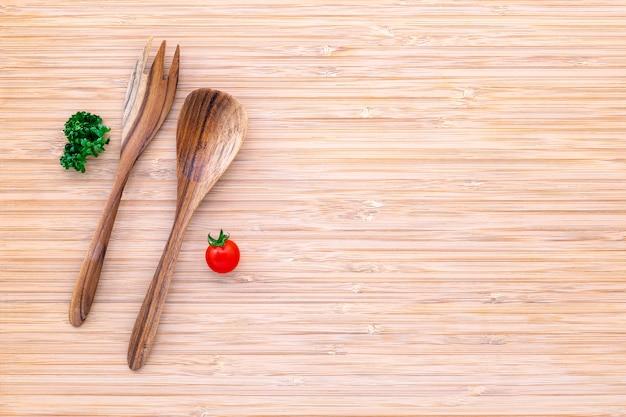 Concept de fond de nourriture et de salade avec des matières premières à plat poser sur fond en bois blanc