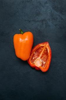Concept de fond sombre de poivre de légumes bio alimentaire