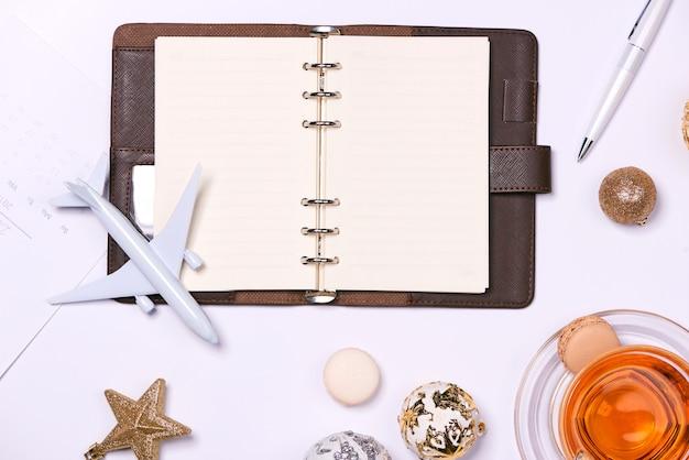 Concept de fond de voyage. composition avec livre vide et accessoires de voyage sur fond blanc.