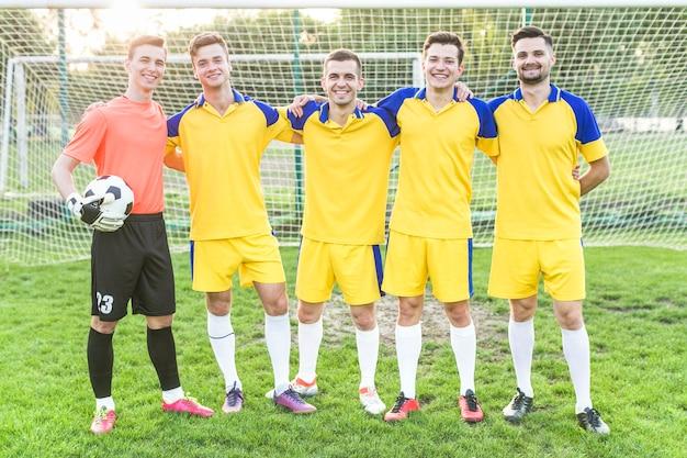 Concept de football amateur avec une équipe posant
