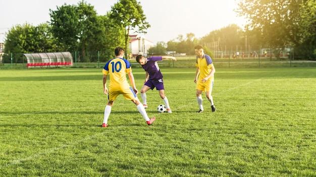 Concept de football amateur avec scène de match
