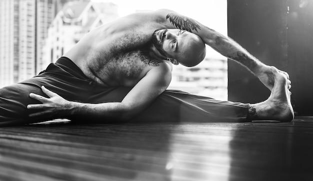 Concept de formation de poses de yoga pour homme