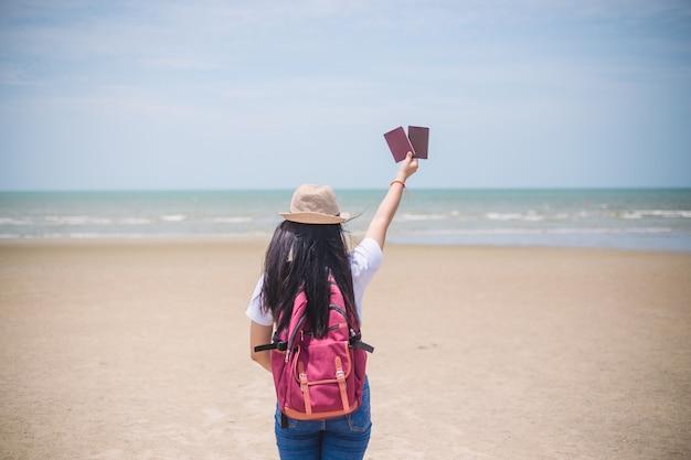 Concept de gens qui voyagent. main montrant le passeport sur ciel