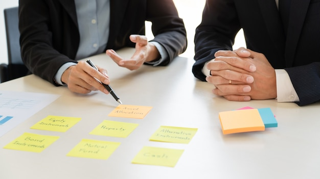 Concept de gestion de fortune, homme d'affaires et équipe analysant les états financiers pour la planification