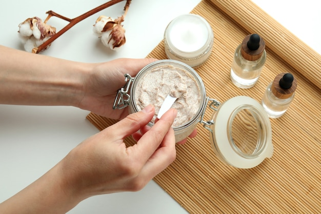 Concept de gommage de soins de la peau sur blanc