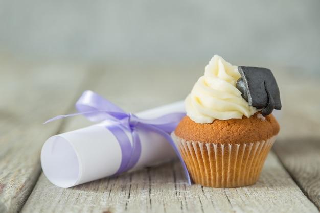 Concept de graduation - cupcake avec casquette académique