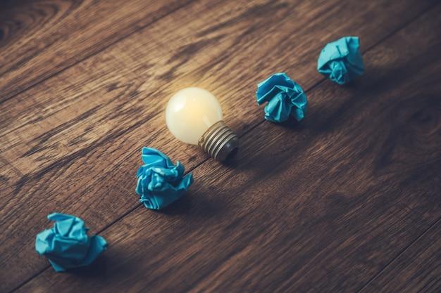 Concept de grande idée avec papier froissé et ampoule