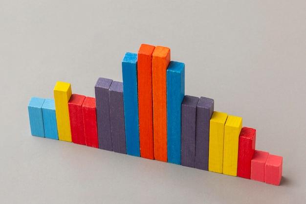 Concept graphique avec des blocs de bois colorés à angle élevé