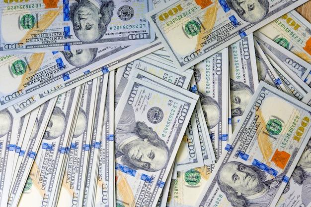 Concept de gros plan dollars dollars concept des billets de cent dollars alignés les taxes payables sont légales.