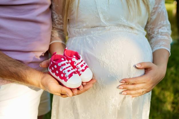 Le concept de la grossesse et de l'accouchement vue de dessus gros plan chil
