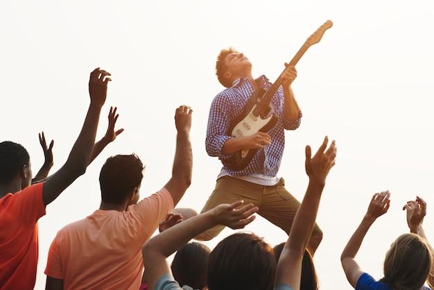 Concept de groupe de guitare joyeuse concert joyeux