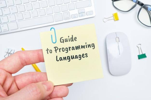 Concept d'un guide abstrait pour l'apprentissage des langages de programmation.